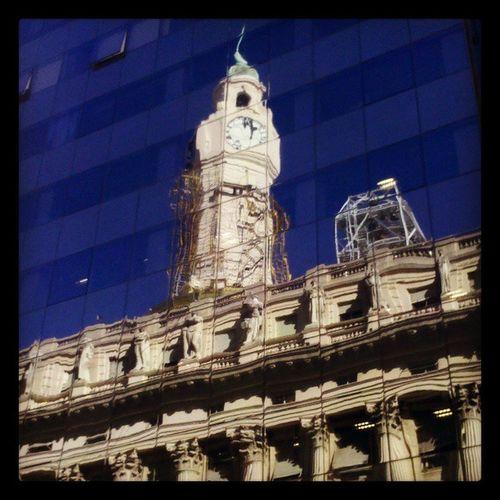 """Flor de relós"" (Les Luthiers)...torre del reloj de la Legislatura porteña reflejada en el edificio de la CNC Torre Reloj Legislatura Caba BuenosAires"