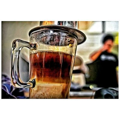 -Java Mocha, sekian varian bijih kopi bergenre Robusta. Tingkat keasaman minimalis, aroma kala digiling pun diseduh tak kepalang kentara. Namun kafein yang terkandung cukup membobot, cocok untuk menyapa mentari pagi. Pabila dibutuhi pelembur malam asuhan rembulan pun 'well-recommended' !