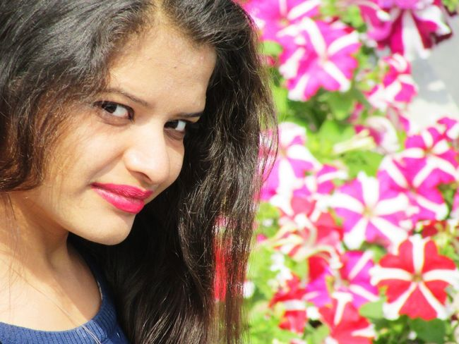 Only Women Adults Only Headshot Beautiful Woman Portrait Flower Front View Smiling Looking At Camera ImPHOTO Leisure Activity Imphotographer Impictures ImPrashant Vacations Happiness The Portraitist - 2018 EyeEm Awards This Is Natural Beauty The Modern Professional