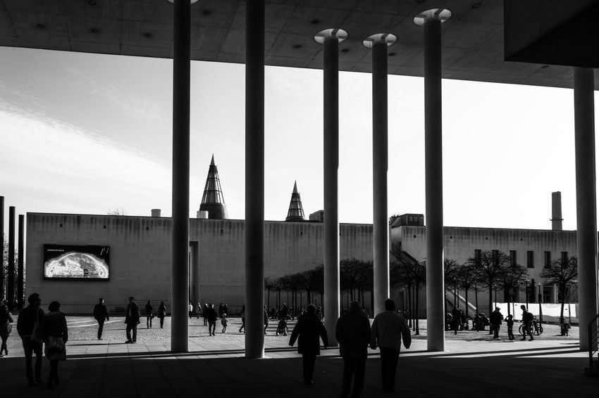 """The place between """"Bundeskunsthalle"""" and """"Kunstmuseum"""" in Bonn Architecture Architecture Bonn Building Exterior Built Structure Bundeskunsthalle Day Kunstmuseum Bonn Large Group Of People Museumsmeile People People And Places Real People Sky Streetphoto_bw Streetphotography"""