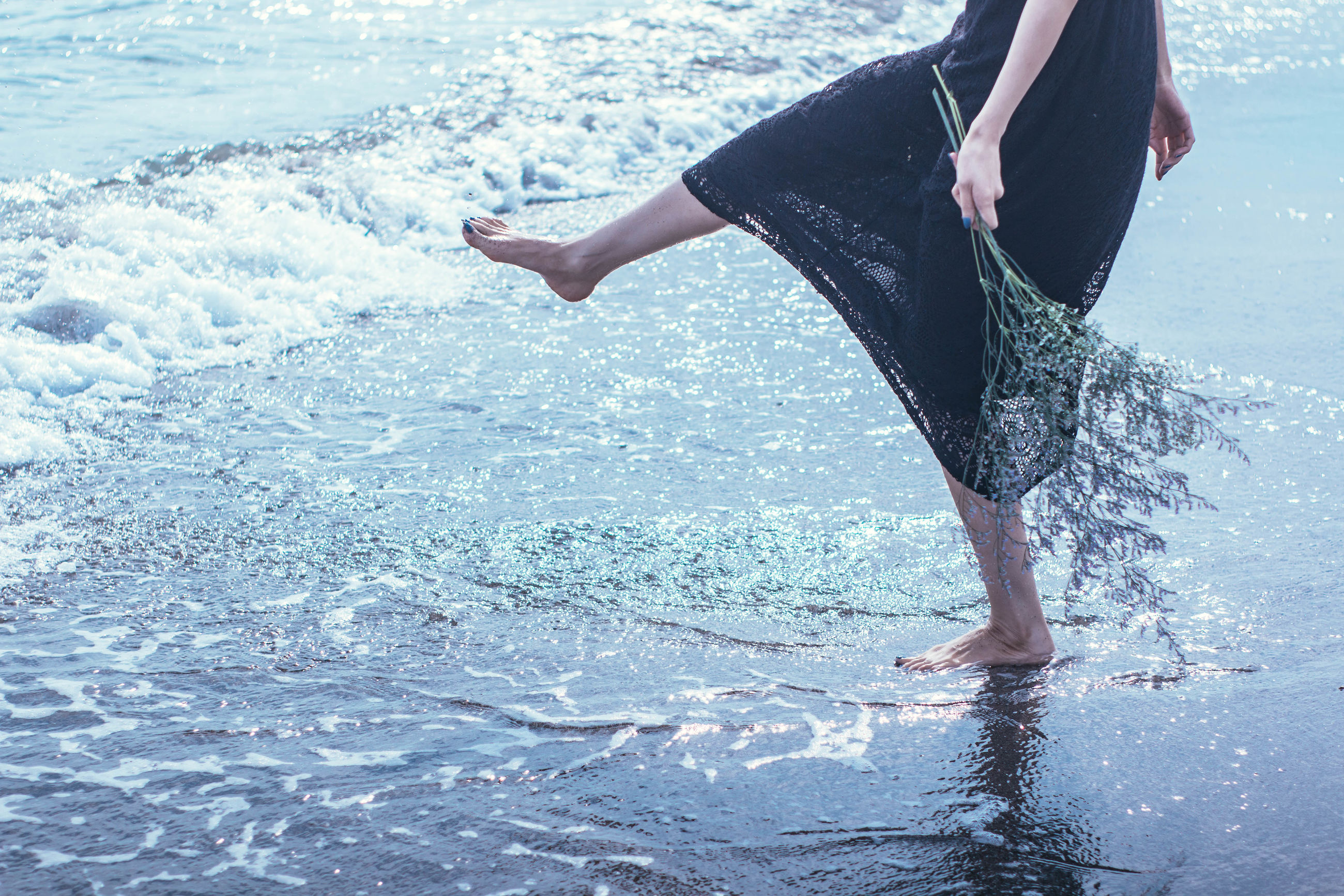 low section, water, one person, real people, lifestyles, barefoot, leisure activity, human leg, sea, day, outdoors, nature, young women, young adult, people