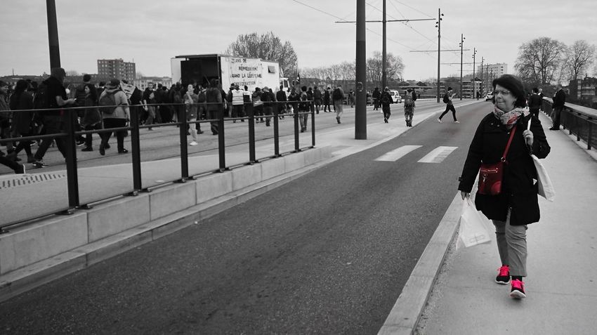 City Outdoors Day Adult People Adults Only Blackandwhite Popcolour Colorpop Blackandwhitephotography Dontsnapshoot Huaweiphotography Capturedonp9 Huaweiphotoacademy Black & White Black&white Huaweip9photos Huaweishot Black And White Photography City Life Social Issues City Street Techno Music