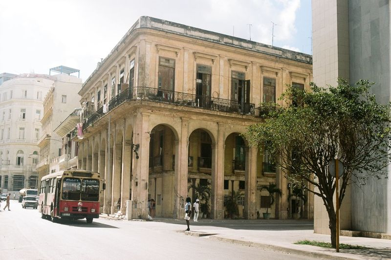Havana Streets #EabreuCuba #eabreutravels #cuba #fidelcastro #fidel #havana #habana #canonae1program #canon_photos #canon_official #cubanlife #photography #35mm #35mmfilm #film #eabreufilm #travelphotography #travel travelphoto