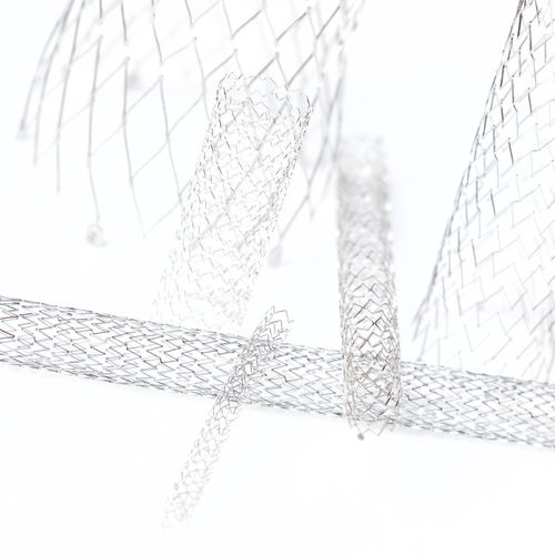 Gefässstütze Arzt Angiologie Covered Gefässverschluss Gefäß Drahtgeflecht Gefäßgitter Implantation Arterienverschluss Implantieren Implantat Metallgitter Nitinol Medizin Operation Intervention Stenose Stenting Stent Studio Shot Studio Photography Venenverschluss Verkalkung