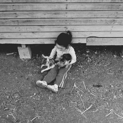 La Agustina torturando a los cachorros de la Bombón.