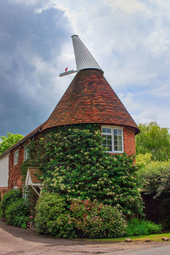Oast House, Garden Of England, Kent, England. Architecture Sky Built Structure Nature No People Plant Hops Beer Brewing Iconic Buildings Vivid International Getty Images EyeEm Gallery Travel Destinations Tourism Sunrise Countryside Rural Scene History Cloud - Sky Building Exterior Building Tree Day Outdoors House Green Color Low Angle View Growth The Past Residential District Spire