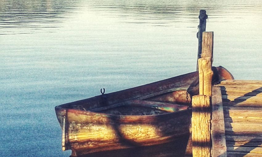 Lake Lover Wood Boat Barche Di Legno Lake Photo Eyem Eyem Gallery Eyem Photos EyEmNewHere Eyem4photography Lake Life Lago Little Boat Barchetta Little Boat On The Lake Water Wood - Material Close-up Boat Water Vehicle Wake - Water Lake