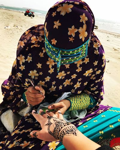 Painting on hands is a traditional act in southern Iran. Specially qeshm island and bandar abbas. They do it when they wanna marry someone. International Women's Day 2019 Bandar Abbas Qeshm Island Iran Iranian Me Myself And I Leisure Activity Water Sea Sand Sitting Adventures In The City This Is My Skin The Street Photographer - 2018 EyeEm Awards A New Beginning International Women's Day 2019 Moms & Dads International Women's Day 2019 The Art Of Street Photography The Mobile Photographer - 2019 EyeEm Awards