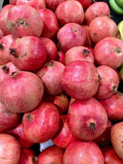 Pomegranate Granatapfel Healthy Eating Food And Drink Food Wellbeing Large Group Of Objects Freshness Fruit Abundance Full Frame Market Red No People Backgrounds For Sale Retail  Still Life High Angle View Day Close-up Market Stall