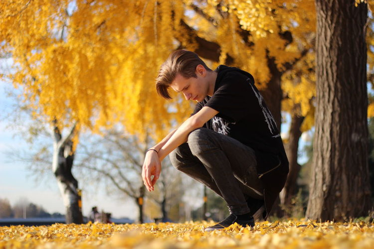 Side view of young woman during autumn