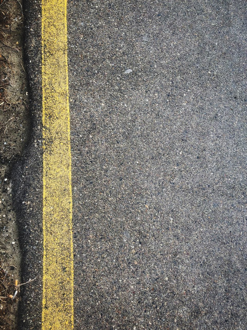 HIGH ANGLE VIEW OF YELLOW ROAD MARKING ON STREET