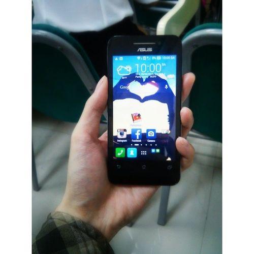 Trên tay Asus Zenphone 4 (của nhỏ bạn) đúng là siêu phẩm trong tầm giá 2 triệu :)) Trừ cái khoản màn hình TFT ra thì chẳng có chỗ nào để chê :-o Asus Zenphone Asuszenphone4 Awesome