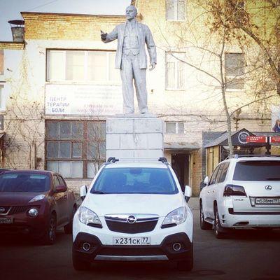 MokkaDay 387: Владимир Ильич говорит нам, простирая длань над опель Мокка опельмокка , что одобряет немецкий автопром Opel Mokka Opelmokka MokkaNation