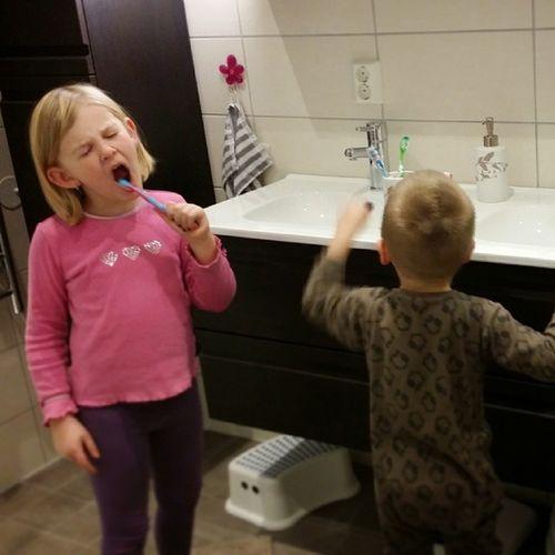 Tannpuss på det nye badet med stor innlevelse!