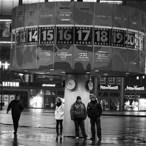 Meeting WZU Streetphotographie Weltzeituhr bw bynight nikon d5100 bnw instablackandwhite monoart monotone