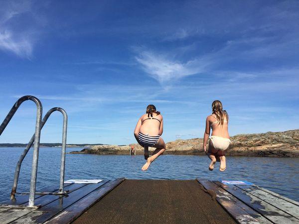The jump! Best friends! Summertime!