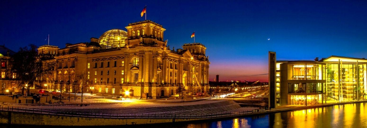La-Le-Lu...nur der Mann im Mond schaut zu, wenn die bekloppten Fotografen sich einen abfrieren... Berlin Night Lights Panorama Water Reflections City Lights Regierungsviertel Blue Hour Reichstag Berliner Ansichten River