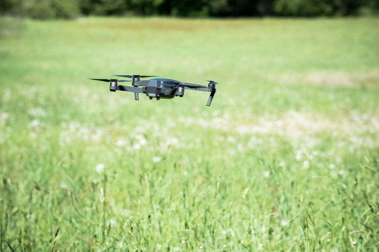 photo and record / drone flies over field Agrarian Drohnenflug Drone  Field Fly Fun Hamburg Nikon Open Edit Security Urban Nature Agrar Black Drone Drohne Drone Photography Dronephotography Eye4photography  Flying Flying Drone Focus On Foreground Outdoors Photo Drone Photography Protection Record