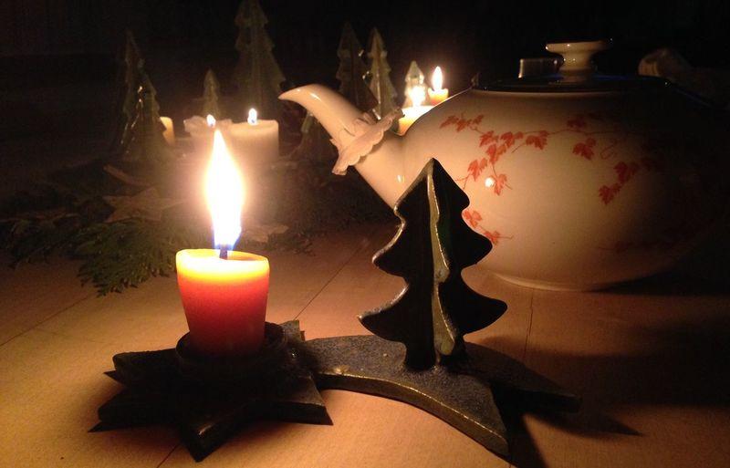 """Weihnachten BeiOma bringt immer Familiengeschichten hervor, z.B. zu diesem Teeservice aus dem Jahr 1951 . Nach dem 2. Welkrieg, als sie und ihre Familie """"nix mehr hattn"""", wie sie immer sagt, sah sie es im Schaufenster und erzählte ihrem Verlobten davon. Und mein späterer, inzwischen verstorbener Großvater schenkte es ihr vor 64 Jahren zu Weihnachten. Weihnachtsgeschenke Candle Kerze Tannenbaum Tee Opa Altes Familienerbstück"""