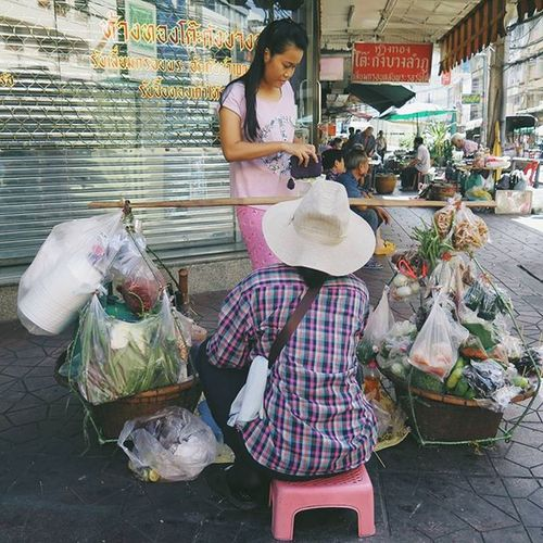Old timey mobile food seller. Ifitaintbrokedontfixit Foodie Streetfood Snacktime Foodstall Streetfoodie Streetphoto Streetview Cornerspot Citylife Bangkok Thailand Streetphotography Socialphotography Cityscene Peoplewatching Travelshots Lunchtogo Amazingthailand