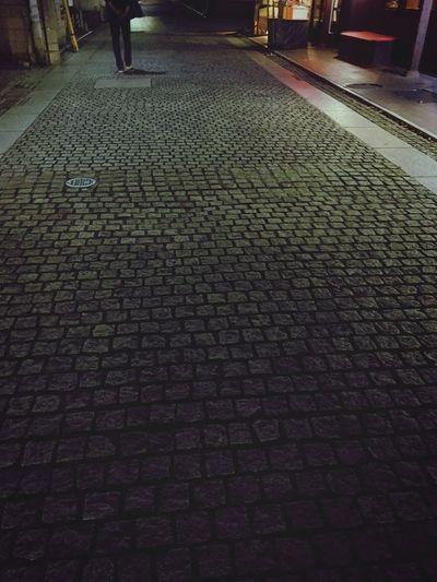 夜の石畳を歩く旦那さんの後ろ姿 夜 石畳 後ろ姿