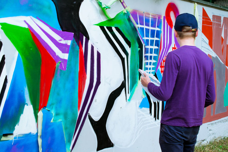Art Art, Drawing, Creativity ArtWork Casual Clothing Creativity Fashionable Graffiti Graffiti Art Graffiti Wall Guy Multi Colored Mural Mural Art Outdoors Street Art Street Photography Streetphotography Three Quarter Length Youth Culture Youth Of Today