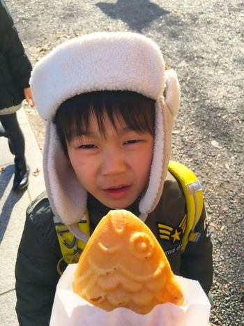 たいやき TAIYAKI に見惚れている少年。 Childhood Real People Boys Kids Portrait Innocence From My Point Of View EyeEmBestPics Urban Lifestyle EyeEm Best Shots EyeEm Gallery Foodphotography Foodporn Yammy!!