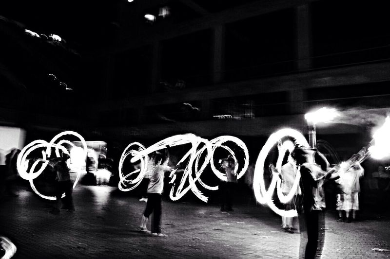 Light painting de antorchas en blanco y negro Lightpainting Torches Fire Black And White