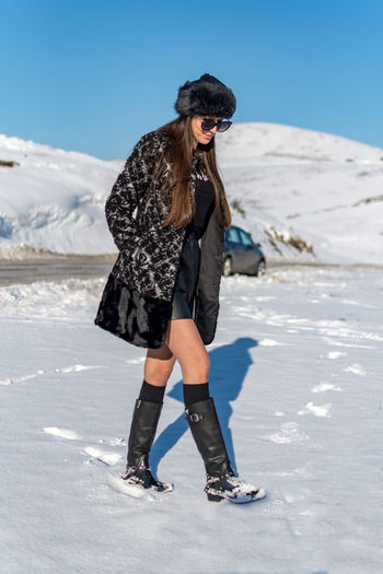 Winter Cold Temperature Snow One Person Clothing Leisure Activity Full Length Lifestyles Real People Nature Warm Clothing Young Adult Mountain Land Beauty In Nature Sky Day Young Women Outdoors Hairstyle