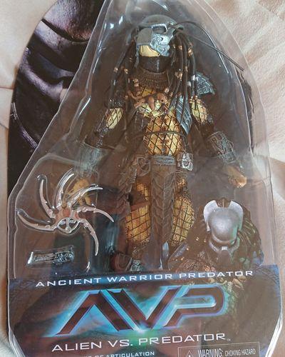 Ich konnte einfach nicht widerstehen... Der Ancient Warrior Predator bekommt einen tollen Platz und bald weitere Gesellschaft^^ Avp Predator Neca Nerd Actionfigure Sammlung Alien