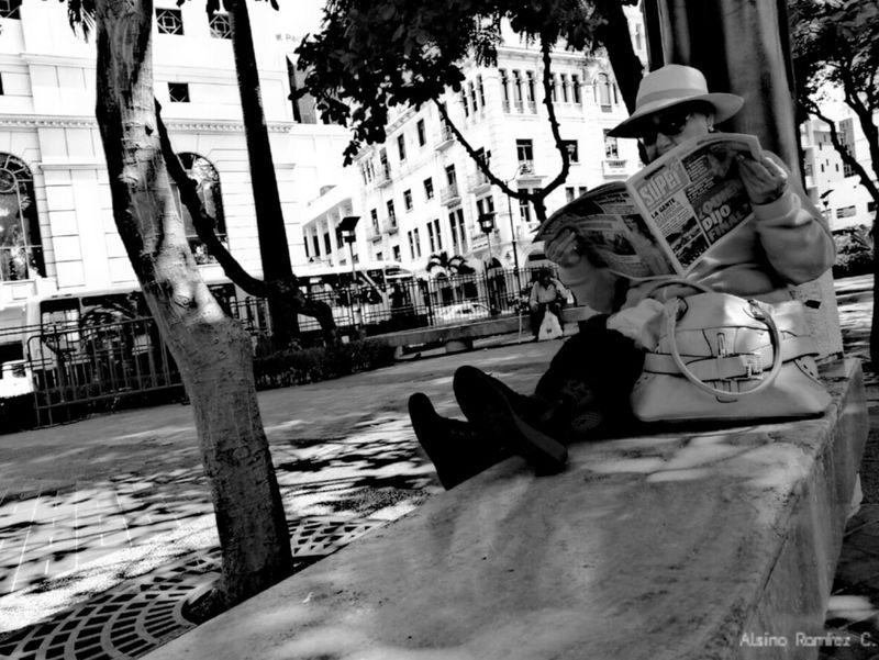 La lectora... Streetphotography_bw Streetphoto_bw Blackandwhite Bnw Bkack&white Blackandwhite Photography Street Photo Streetshots Photograph Photos Photography Streetphotography Street Streetart Streets Black And White