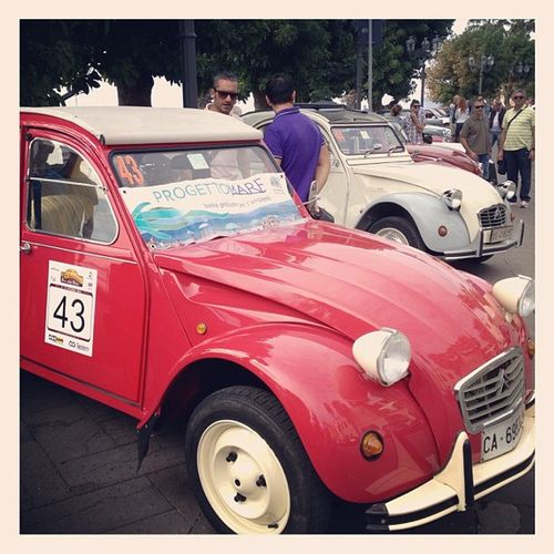 Citroën 2cv & other vintage cars by the Bastioni in #alghero #sardinia http://www.baiadelleninfe.it Bastioni Vintage Cars Sardegna Citroen 2cv Auto Alghero Sardinia Vintagecars Autodepoca