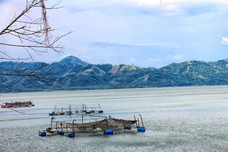Danau Solok Transportation Nautical Vessel Mode Of Transport Sky Moored Beach Cloud - Sky Outdoors Scenics Nature No People Tranquility Water Day Beauty In Nature Mountain