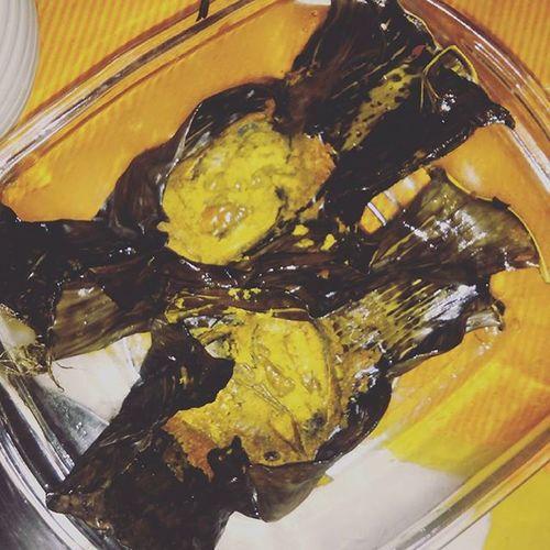 The best part of homecoming during Durga Puja is having hilsa wrapped in banana leaf! 🐟🍴😁 Traditionalbongdish Hilsa Wrappedinbananaleaves Coatedwithmustardpaste Chillies Steamed  😄 Do u miss home @meenakshi.buragohain ? 😂😂😂