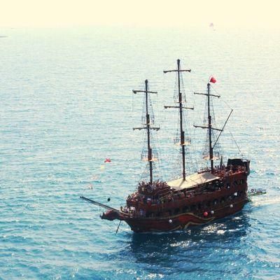 لا اله الا الله... / سفينة قراصنة على قولة البابا ✌?