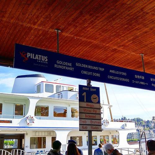 배를 정말 오랜만에 탔다 비츠나우에서 산악열차를 타고 리기산 정상까지 한번에 올라가는 경로 배를 보니 어린아이처럼 마음이 들떴다. 비츠나우 스위스 루체른 골든라운드트립 여행 리기산 Swiss Switzerland Lucerne Luzern Vitznau  Goldenroundtrip Rigi Tour