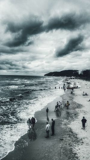 Plaza Międzyzdroje Beach Beach Life Beach Day Sky And Clouds Niebo Chmury Ciemne Chmury Dark Clouds Woda Water Spacer Spacer Po Plaży Walk On The Beach  Two Tone Journey Podróże People