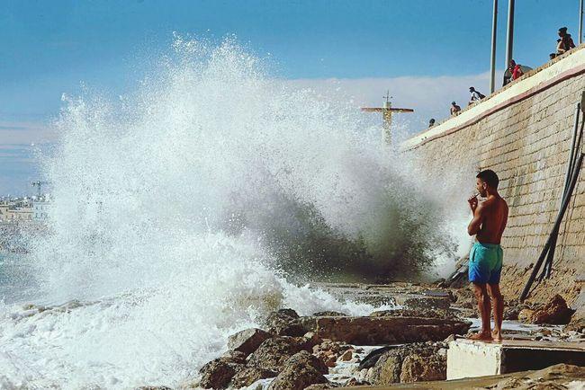 Super marea a causa de la super luna en la playa de Santa María del Mar en Cadiz