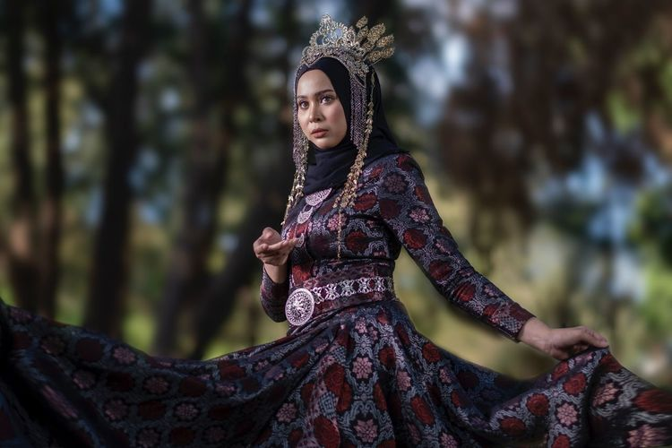 Woman malay wearing tradition dres