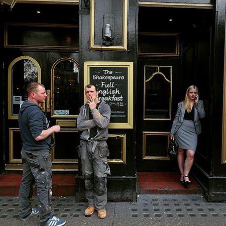 Publife Londoncalling Victoriastation Smoking Worker Traveling London