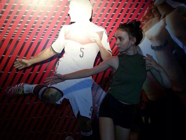 Wer bin ich wirklich???👩🏼🚀 Young Women Indoors  Men Football Nachahmen Realthing Statue Figure Footballplayer  Redwall Thesame Thesamethings The Portraitist - 2017 EyeEm Awards