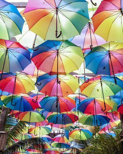 Schöne Regenschirme Multi Colored Umbrella Protection Security Day Safety Large Group Of Objects Outdoors No People Wet Hanging Abundance