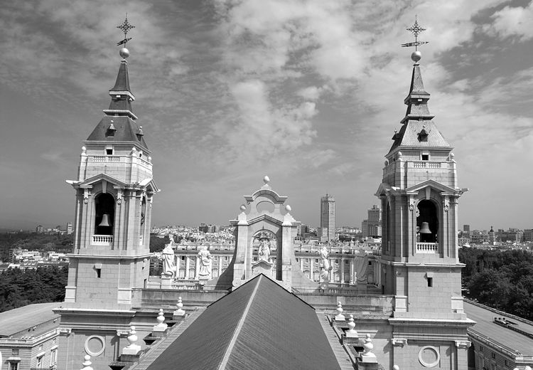 This is... Palaciorealdemadrid Myview❤ Huawei P9 Leica Huaweiphotography Igersportugal Igers Hello World Bnw_of_our_world Bnw Photography Bnw_shot Bnw_captures Bnw_collection Bnwphotography Hanging Out Taking Photos Buildings Arquitecture