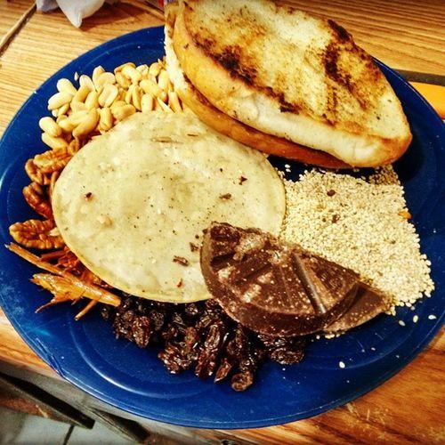 El mole como debe ser: Cacahuete, nuez, ajonjolí, chocolate, Tortilla, 5 chiles y pan francés. Cual que de pinche vaso. MoleOriginal Mom
