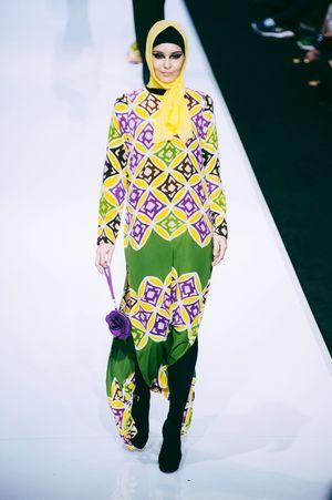Striking Fashion Photojournalism Female Model Fashioneditorial Fashion Photography Fashion Show