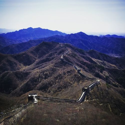 Great wall of china on mountains against sky