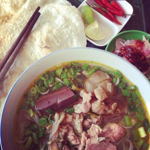 Bún bò tái, huyết, bánh tráng, hành chua...YUMMY...??? Breakfast Mediumrawbeefnoodle Bloodjelly :v Crumblypancake macerateonion vietnamesefood instafood