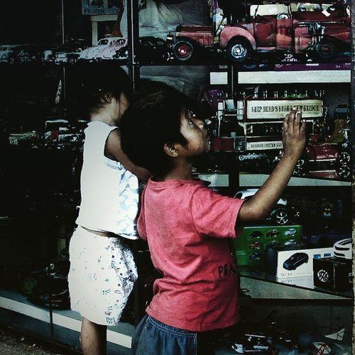 Niños Children Street Streetphotographer Streetphotographers Streetphotos Cars Ciudaddeleste Eyes Espontánea Fotocallejera Fotografiacallejera Urban City