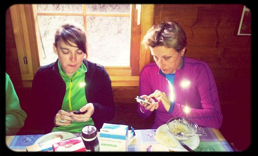 Niet iedereen heeft vakantie. @FabreMireille en @greetsmekens keihard aan't werk tijdens het ontbijt!