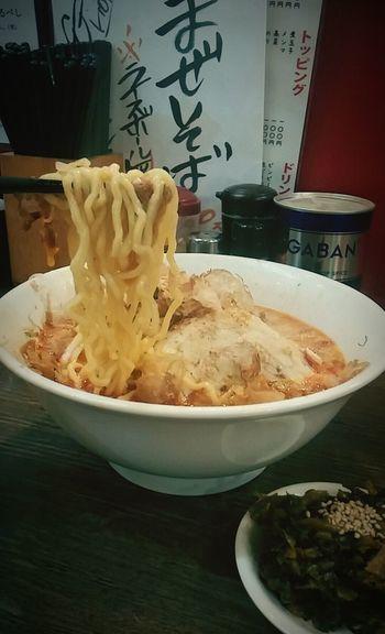 赤ラーメンに高菜と鰹節のトッピング、辛ウマ Ramen Matsuyama Ehime Free Wifi